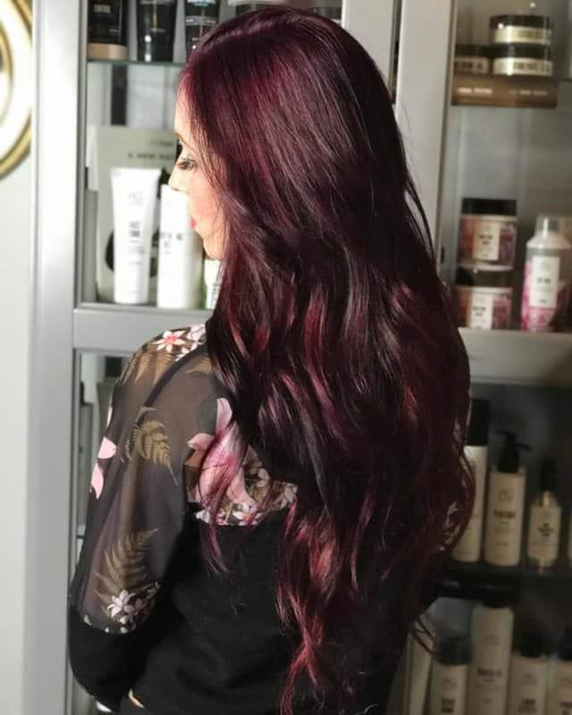 Pelo-negro-cereza-Coloración-de-pelo-femenino-en-tonos-contemporáneos