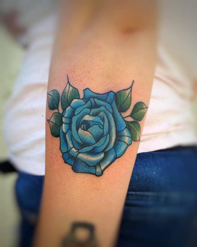 Rosa-azul-tatuaje-Corrientes-femeninos-para-amantes-de-elegancia