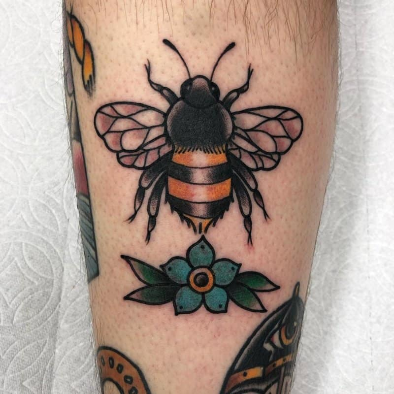 Tatuajes-de-abejas-Tendencias-modernas-de-tatuajes-creativos-de-abejas-de-miel