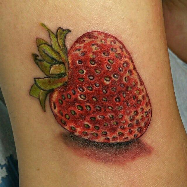 Tatuajes-de-fresas-Ideas-sobre-las-tendencias-modernas-de-los-tatuajes-de-fresas