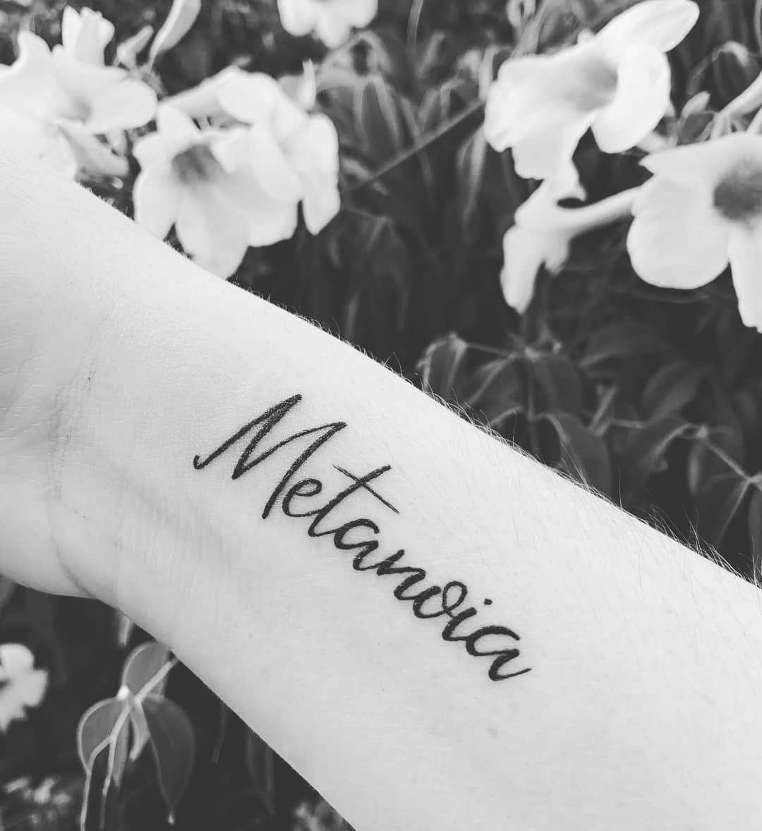 Tatuajes-en-la-muñeca-Pequeños-tatuajes-en-la-muñeca-para-las-mujeres-modernas