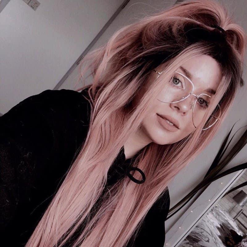 Rubio-platinado-raices-oscuras-de-pelo-Originalidad-innovadora-de-mujer